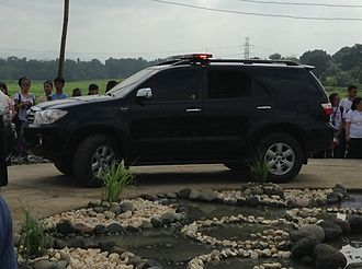 Presidential Security Group - An unmarked Toyota Fortuner with a lightbar siren mounted on top of the SUV.