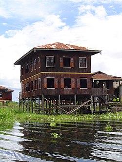 Palafito Lago Inle Birmania.JPG