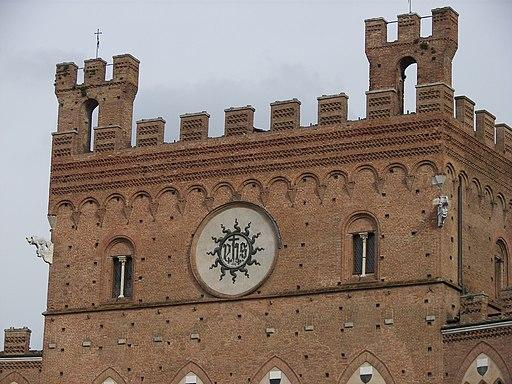 Torre centrale con trigramma di Cristo IHS, Palazzo Pubblico