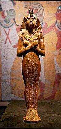 Paris - Toutânkhamon, le Trésor du Pharaon - Chaouabti en bois portant un némès doré - 003.jpg