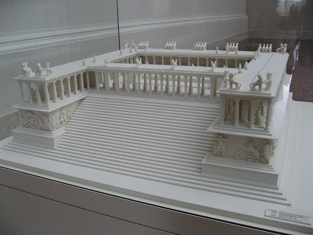 Maquette de l'autel de Zeus à Pergame au Pergamonmuseum de Berlin. Photo de Gryffindor.