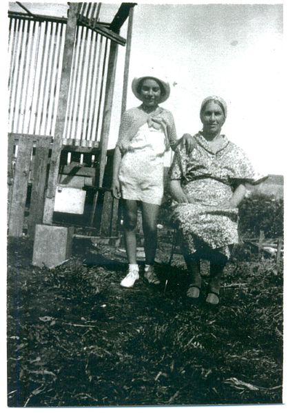 הניה ובתה מלכה אפל ליד סוכה בחצרם