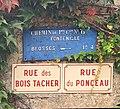 Plaque de cocher et plaques de rue à Fontenille (commune de Brosses).jpg