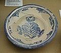 Plat vidriat amb decoració en blau cobalt de la flor de cascall, torre de la Granadella, Museu Soler Blasco de Xàbia.JPG