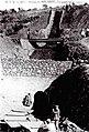 Podem veure el carregador de vagonetes; unes quantes d'elles entraven de cop a la boca i, quan el capatàs feia un xiulet, les omplien de mineral - Les dones venien des del poble a port.jpg