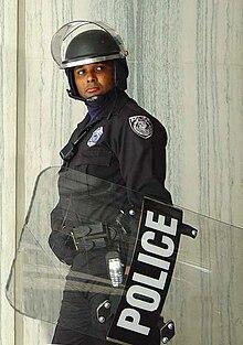 Poliziotto statunitense in tenuta da ordine pubblico.