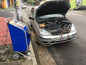 Automobile air conditioning - Regassing the air conditioning of a Ford Focus.