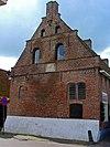 foto van Pakhuis van baksteen onder hoog zadeldak