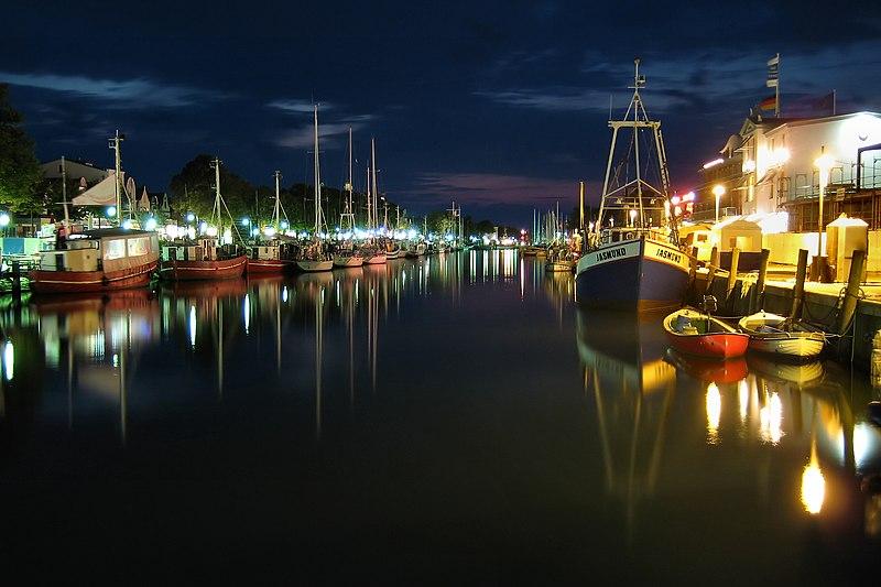 File:Rostock Warnemünde Alter Strom Nachts.JPG