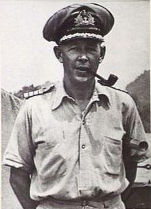 portrait extérieur demi-longueur de l'homme en uniforme militaire de couleur claire avec képi, fumant une pipe