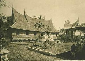 Rumah Gadang - A rumah gadang and rangkiang in 1910