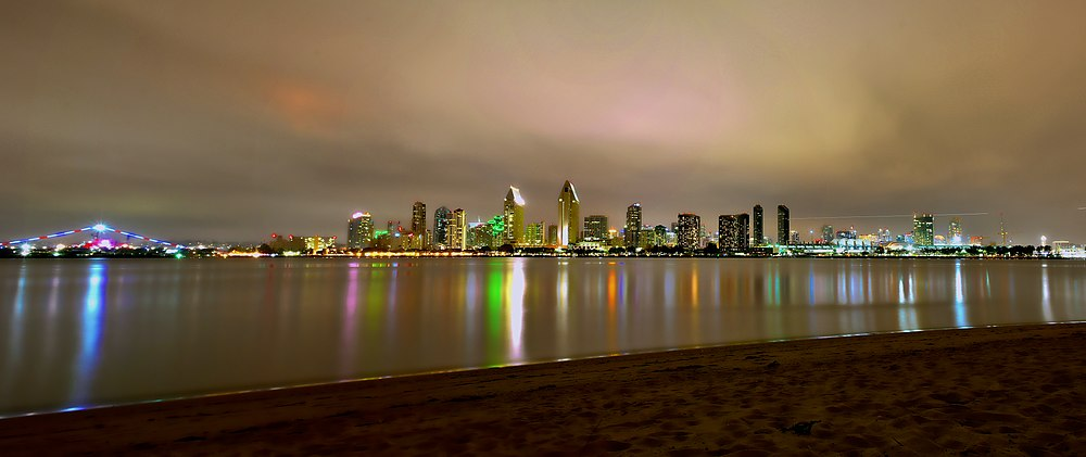 Skyline del centro di San Diego di notte, visto da Coronado, nel maggio 2016
