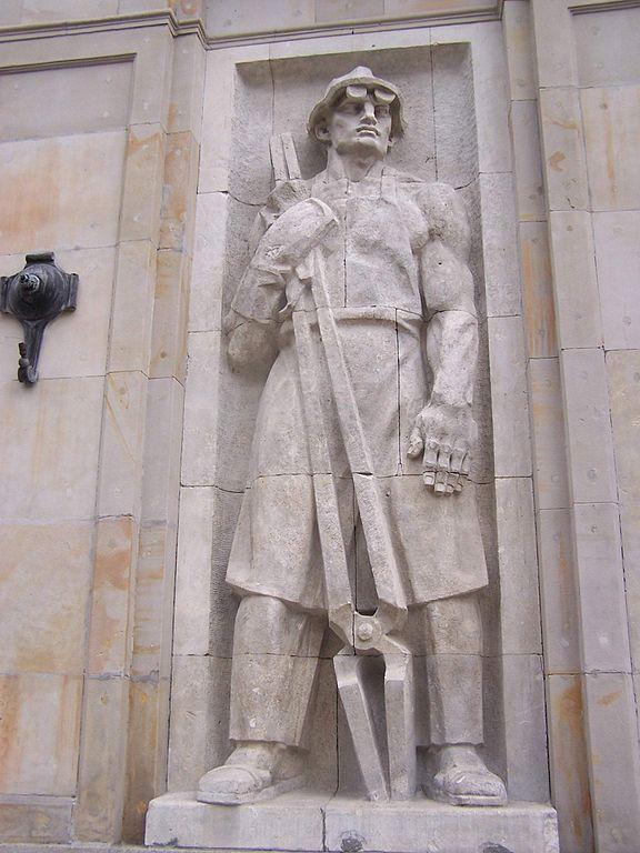 Statue dans le style social réaliste à Varsovie en Pologne.