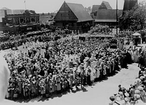 StateLibQld 1 176259 Crowds gather to see Queen Elizabeth II near St. John's Cathedral, Brisbane in 1954.jpg