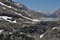 Staumauer Lago Bianco Süd im Frühsommer 1.jpg