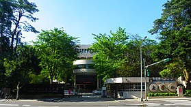 Taipei Municipal Dun Hua Junior High School Maingate 20110510a.jpg