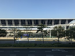 Terminal 1 de l'aéroport international de Shanghai Pudong depuis la gare de l'aéroport international de Pudong (Shanghai Maglev) .jpg