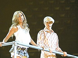 "Ashley Tisdale e Lucas Grabeel cantando ""Stick To The Status Quo"""