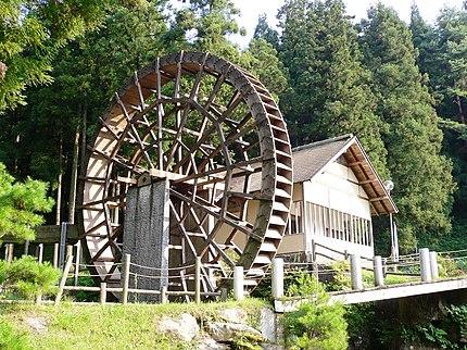 峠の森自然公園 そば打ち体験施設と水車
