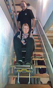 Rollstuhl über Treppe fahren