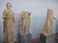 Tres estàtues al museu arqueològic de Delos.JPG