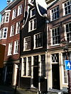 foto van Huis met klokgevel en gevelsteen