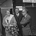 V.l.n.r. zwemster Ada Kok, de voorzitter van Stichting Sportfondsen en minister , Bestanddeelnr 918-4119.jpg