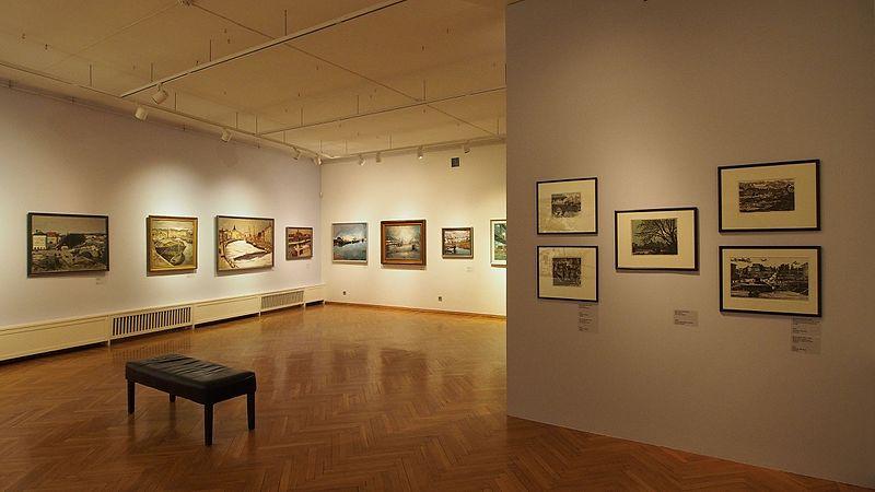 """File:Vaade näituselt """"Muutuv Tartu neljas vaates"""" Tartu Kunstimuuseumis.jpg"""