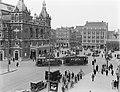 Verkeer op het Leidseplein in Amsterdam. Links de stadsschouwburg, Bestanddeelnr 252-0977.jpg