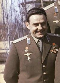 Vladimir Komarov foto grupal grupo de cosmonautas (cropped).jpg