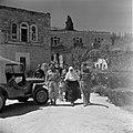 Vrouw lopend te midden van militairen, Bestanddeelnr 255-0447.jpg