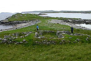 Fuaigh Mòr - Ruins of homes and a grain kiln, on the east side of the island.