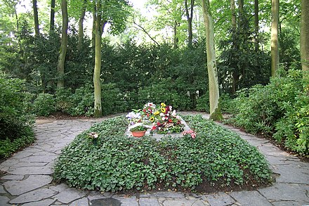 The Wagner grave in the Wahnfried garden; in 1977 Cosima's ashes were placed alongside Wagner's body WahnfriedBayreuth11.JPG