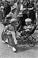Westfriese marktdag in Schagen De jeugd aangezeten aan Westfriese broodmaaltijd, Bestanddeelnr 915-3312.jpg