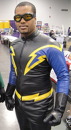 Wizard World Anaheim 2011 - Green Lantern and Black Lightning (5674469991) (cropped).jpg