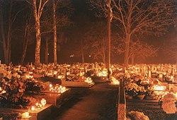 Un cimetière à la Toussaint en Pologne