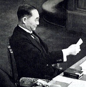 Mitsumasa Yonai - Yonai reading a memo during the House plenary session in February 1940.
