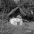 """""""Šev?nca"""" za sadje sušit (sušilnica, nekoč tudi za lan), pri Božičnikovih, Male Vodenice 1956.jpg"""