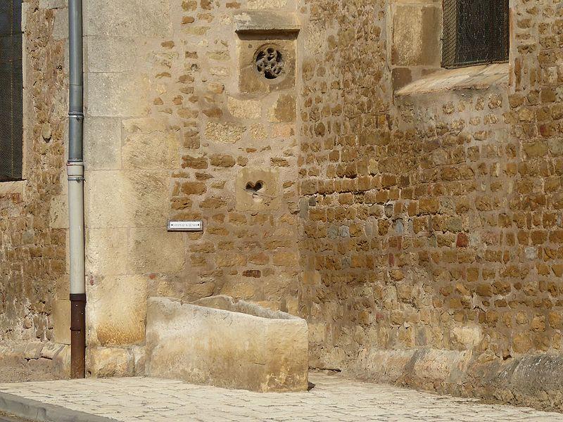 Sarcophage du XIIIème siècle exposé à côté de  l'église Saint-Laurent de Laître-sous-Amance en Meurthe-et-Moselle.