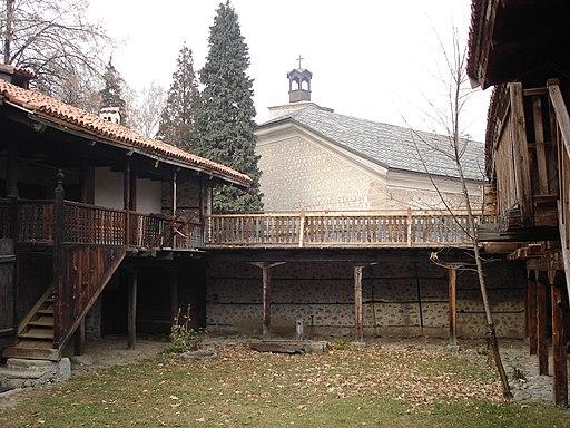 """Вътрешен двор на Къща-музей """"Неофит Рилски"""" (2)"""