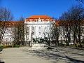 Здание суда с украшением центрального портала.jpg