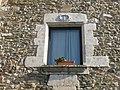 004 Mas Fàbrega, c. Vilanova 1 (Monells), finestra amb escut a la llinda.jpg