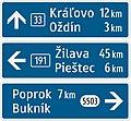 420-61 Jednoduchý smerník (2-riadkový, s číslom cesty, so vzdialenosťou k cieľu).jpg