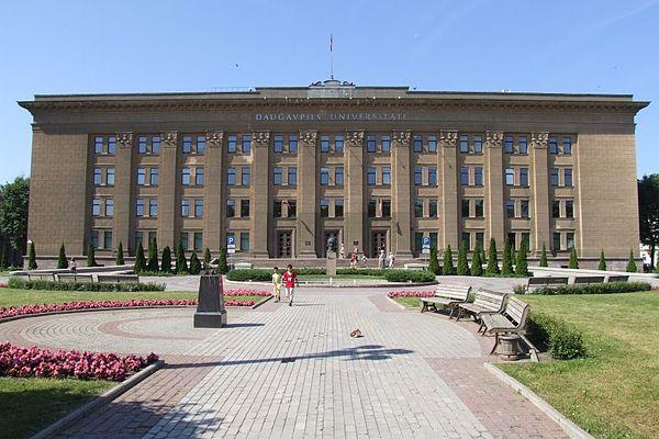 https://upload.wikimedia.org/wikipedia/commons/thumb/6/6a/47364_Uniwersytet_Dyneburski.jpg/600px-47364_Uniwersytet_Dyneburski.jpg