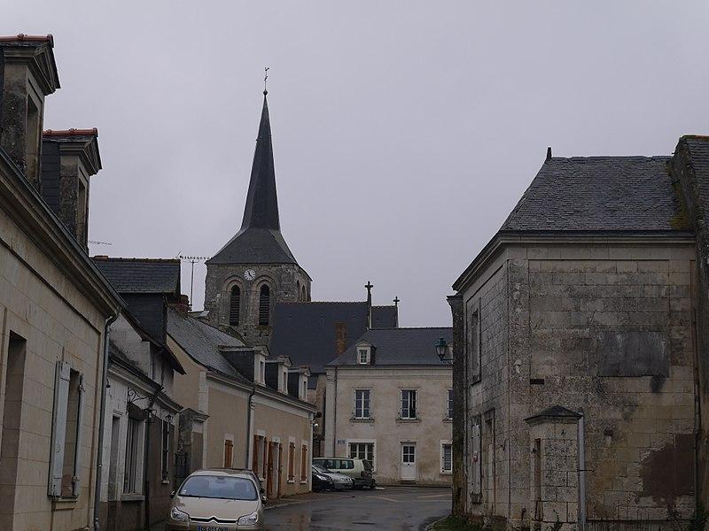 Le bourg et l'église Saint-Hilaire.