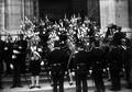 A Guarda Real dos Archeiros à entrada do palácio de São Bento (c. 1908) - Alberto Carlos Lima.png