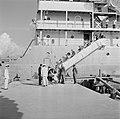 Aankomst per schip van het koninklijke gezelschap bij Billitonmaatschappij in Sm, Bestanddeelnr 252-4547.jpg