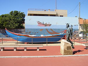 Arcozelo (Vila Nova de Gaia) - Traditional fishing boat and a sculpture of a diver, in the beach resort Aguda