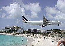 Tipica immagine di un aereo in atterraggio all'aeroporto Principessa Giuliana