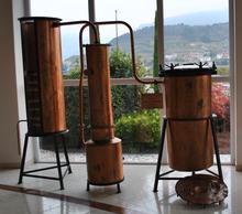 Alambicco per la distillazione a bagnomaria discontinuo in uso, circa 1960.